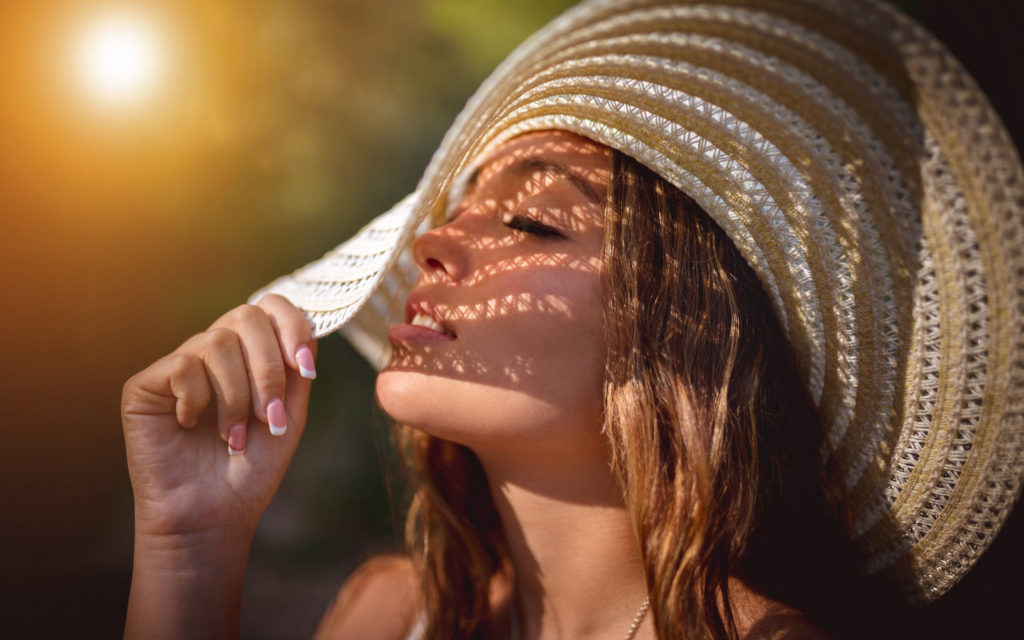 If you are exposed to strong sunlight, you must wear a hat.